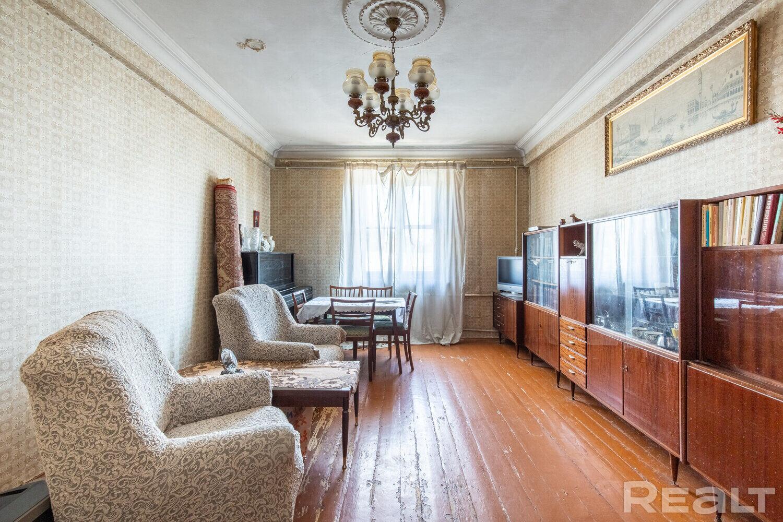 Продаётся просторная 3-комнатная сталинка в центре города!